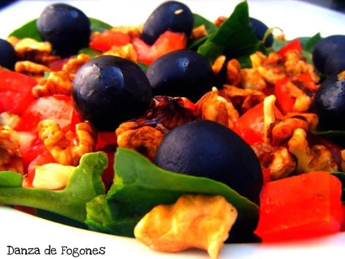 Ensalada de Espinacas, Tomates, Nueces y Aceitunas