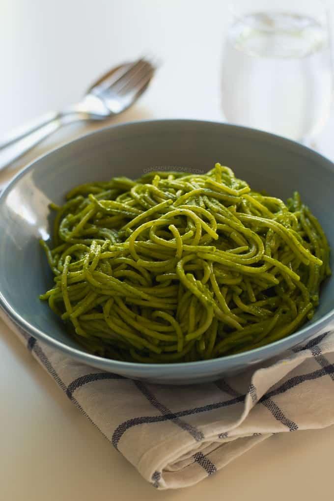 Espaguetis con Salsa Verde de Coco y Jengibre
