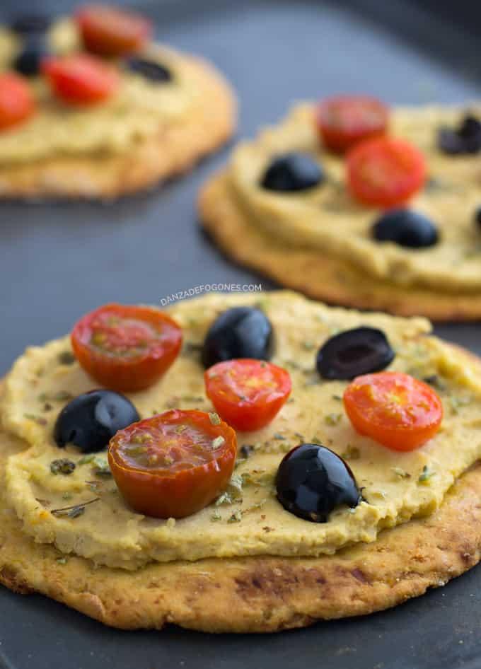 Pizza de Hummus (vegana y sin gluten) | danzadefogones.com