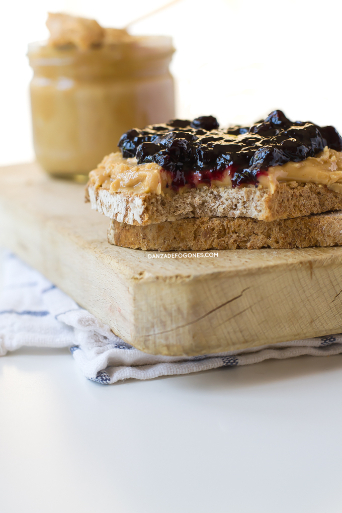 Mantequilla de cacahuete con mermelada de arándanos | danzadefogones.com