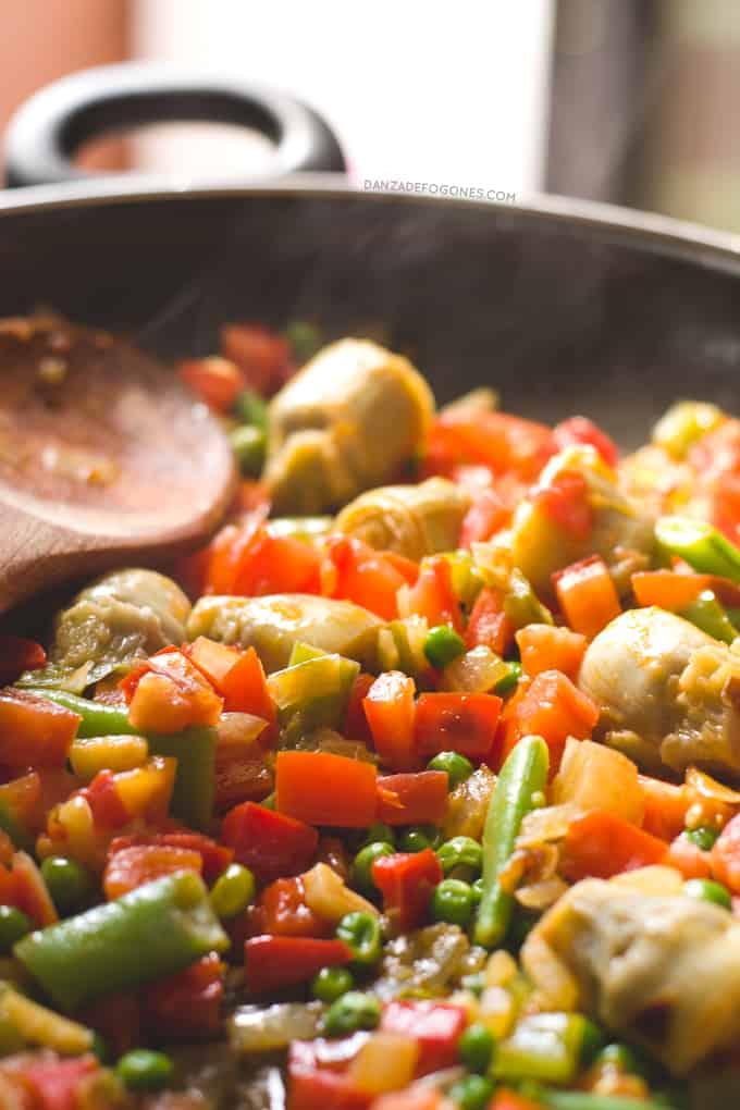 Paella Vegana. La paella es uno de los platos más típicos de la gastronomía española. Esta paella es vegana y es más sana, ligera y económica que la tradicional | danzadefogones.com #danzadefogones #vegano #singluten