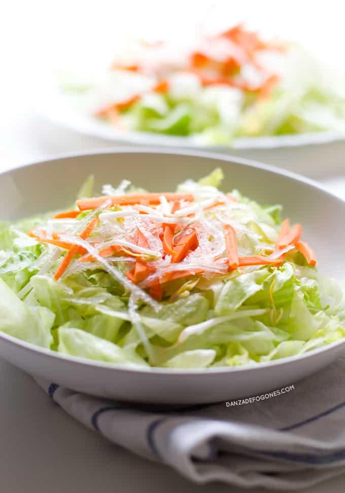Ensalada china vegana. Prepara en casa la típica ensalada china de los restaurantes. Esta versión es vegana y mucho más sana porque hemos eliminado el azúcar blanco. |danzadefogones.com #danzadefogones