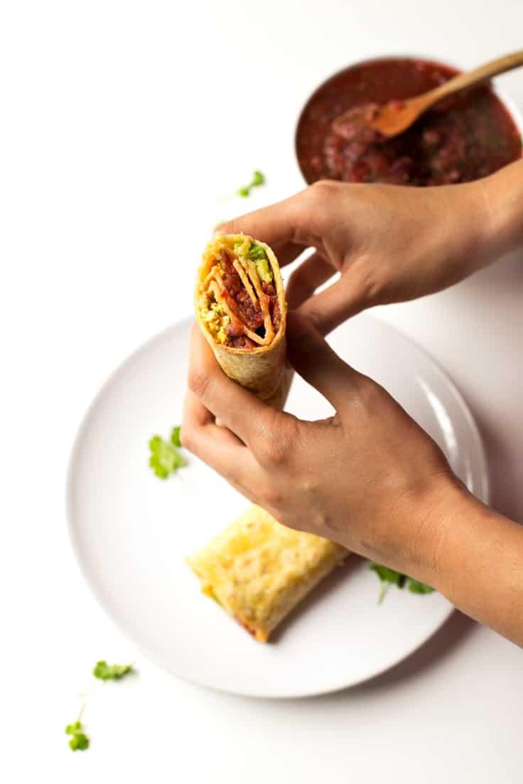 Burritos Veganos Con Salsa - Cuando le das el primer mordisco a estos burritos veganos sientes una explosión de sabor en tu boca. Puedes echar casi cualquier ingrediente.