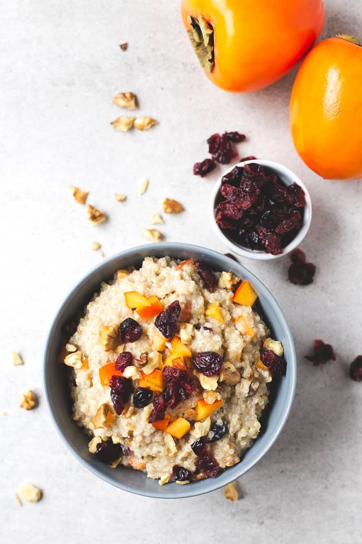 Desayuno de quinoa con caqui y nueces - Esta vez he preparado mis gachas de avena con quinoa y ha salido este desayuno de quinoa tan rico, apto para celíacos y personas que no pueden tomar avena.