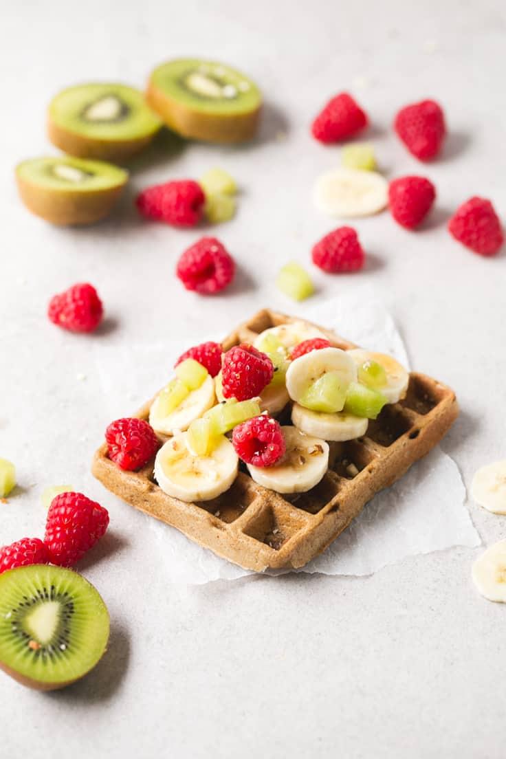 Gofres o waffles veganos con fruta - Los gofres o waffles veganos son muy fáciles de preparar y sólo hacen falta 4 ingredientes, son ricos y muy saludables, ideales si tienes un antojo dulce.