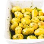 Patatas asadas con pesto - Estas patatas asadas con pesto están para chuparse los dedos. Son perfectas para ocasiones especiales y si las preparas vas a triunfar seguro.