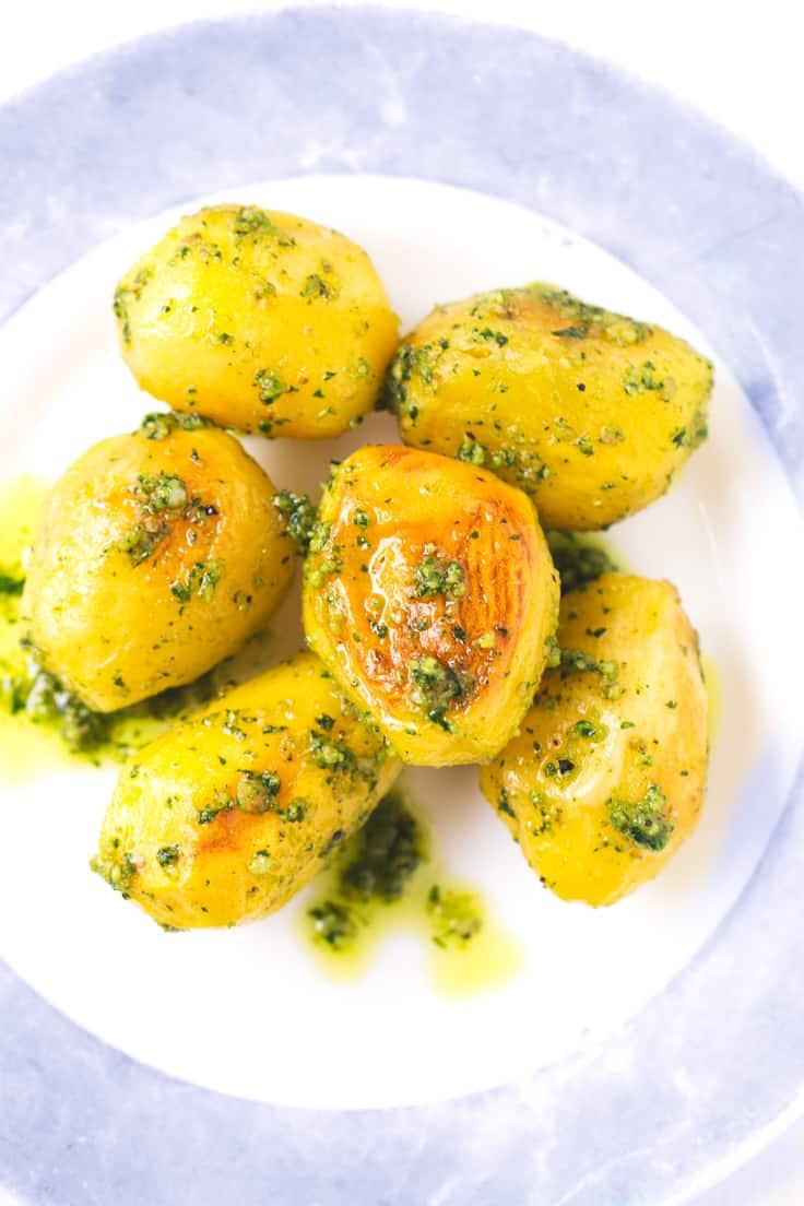 Receta de patatas asadas con pesto - Estas patatas asadas con pesto están para chuparse los dedos. Son perfectas para ocasiones especiales y si las preparas vas a triunfar seguro.