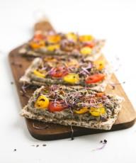 Canapés Veganos de Paté de Aceitunas. Un aperitivo o entrante delicioso y muy sano.