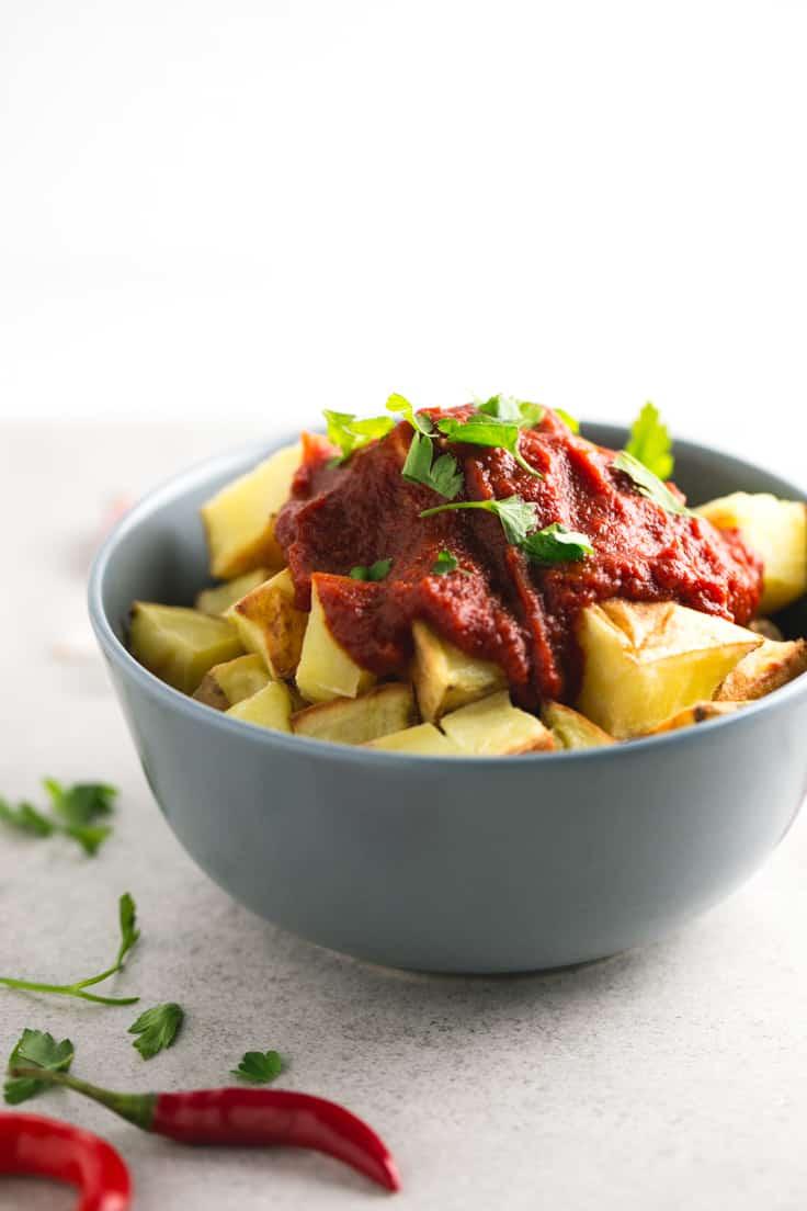 Patatas bravas sin aceite - Esta receta de patatas bravas sin aceite es increíblemente sencilla de preparar y está buenísima. Merece la pena hacer salsas caseras, son más sanas.
