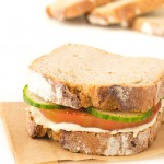 Sandwich de Hummus - Hacer bocadillos veganos es muy fácil. A mi me gusta incluir algún tipo de grasa o paté vegetal para que estén más jugosos y verduras crudas o cocinadas.
