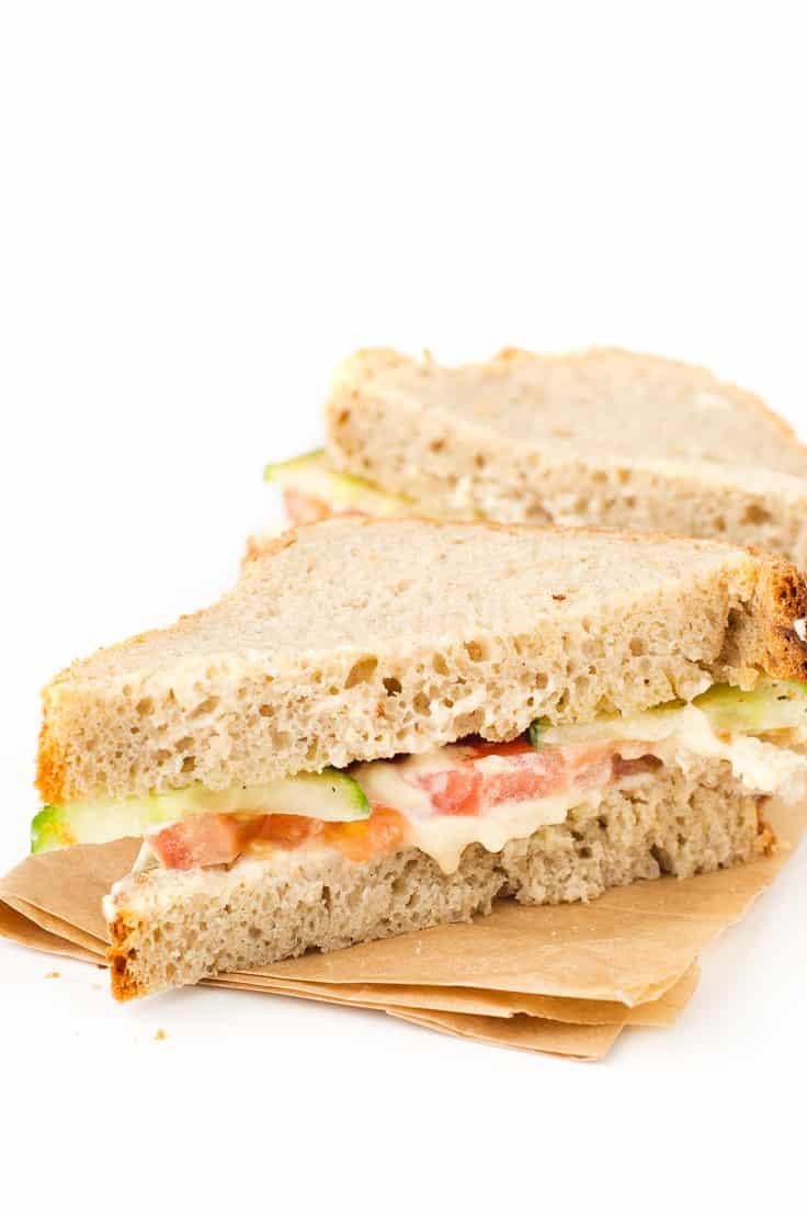 Sandwich Vegano de Hummus - Hacer bocadillos veganos es muy fácil. A mi me gusta incluir algún tipo de grasa o paté vegetal para que estén más jugosos y verduras crudas o cocinadas.