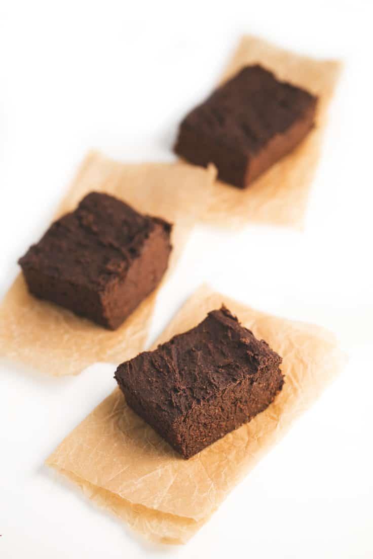 Brownie de batata - Hacer postres veganos bajos en grasa es muy fácil. Para preparar este brownie de batata sólo necesitas 5 ingredientes y está para chuparse los dedos.
