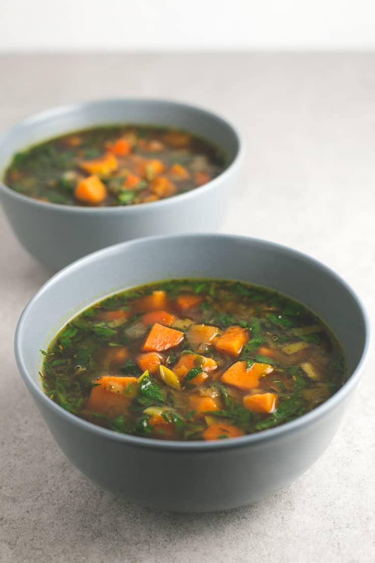 Sopa de batata y verduras - Esta sopa de batata y verduras es muy sabrosa y reconfortante. Hacer sopas vegetales es muy fácil y son mucho más sanas y nutritivas.