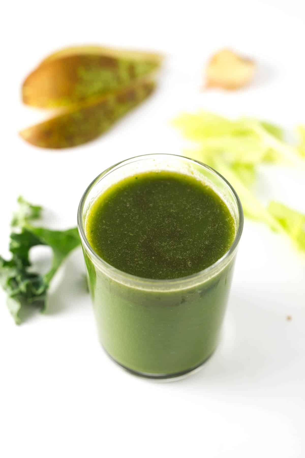 Zumo o jugo verde para mejorar la digestión - Este zumo o jugo verde es perfecto para favorecer o mejorar la digestión. Además, el jengibre nos ayudará a despertarnos por las mañanas.