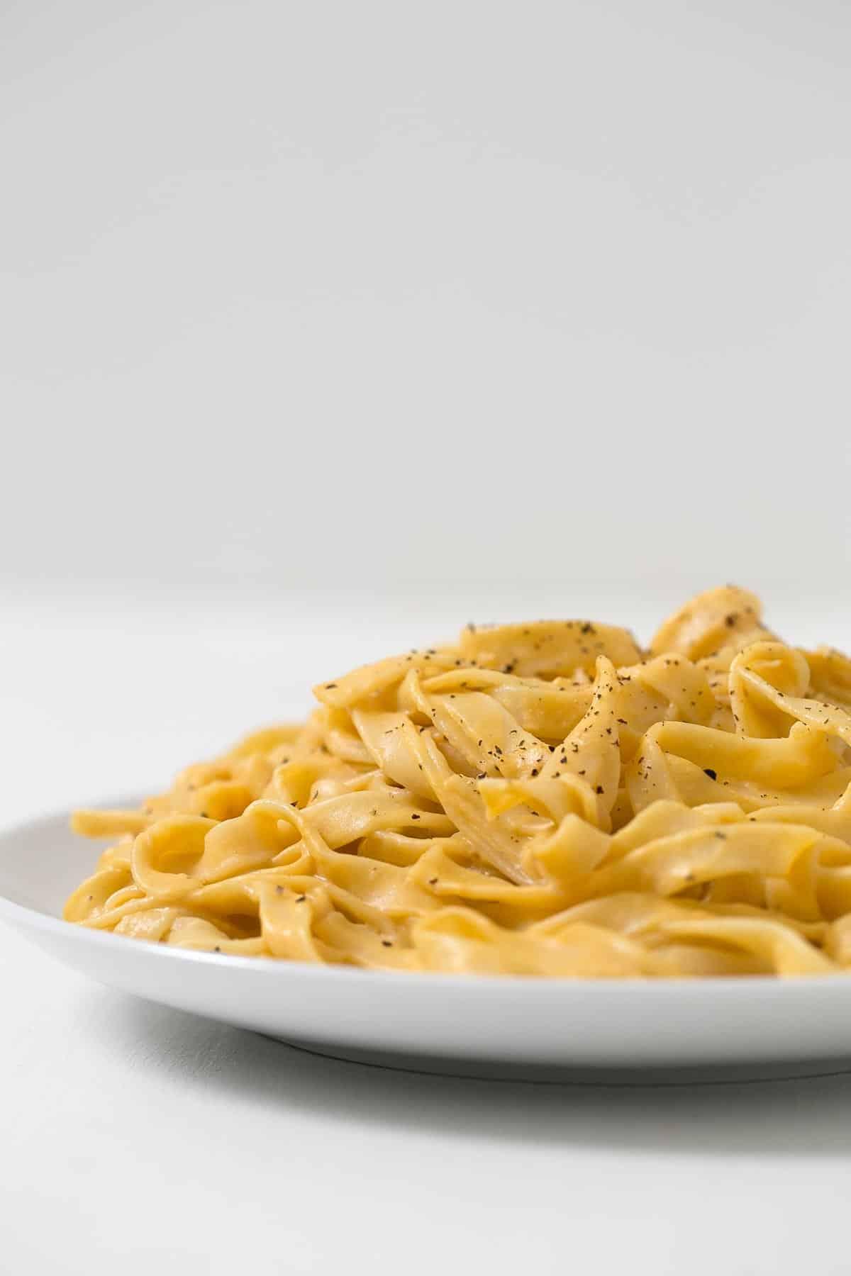 Pasta Alfredo de calabaza. - Esta receta de pasta Alfredo de calabaza es muy cremosa, ligera, rápida y fácil de hacer. Además es perfecta para el día a día.