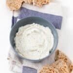 Queso Crema Vegano .- Hacer queso crema vegano es muy fácil y es una alternativas sana y barata a los quesos veganos envasados. Podéis añadir vuestros condimentos preferidos.