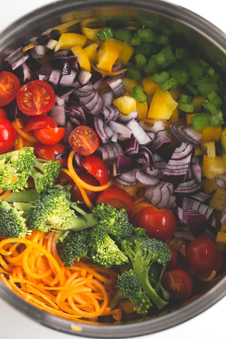 Sopa detox vegana - Esta sopa detox vegana está llena de color y nutrientes, es sana, depurativa y está para chuparse los dedos. ¡Y es muy fácil de preparar!