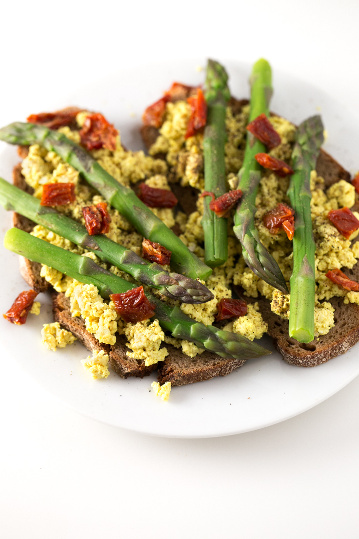 Tostadas de revuelto vegano espárragos y tomates secos - Estas tostadas de revuelto vegano, espárragos y tomates secos son el desayuno salado perfecto. ¡Están deliciosas!