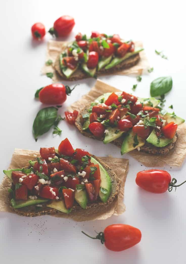 Tostadas de tomate y aguacate - Si te gustan los desayunos salados, tienes que probar estas tostadas de tomate y aguacate. Son muy fáciles de preparar, pero son dignas del mejor chef.