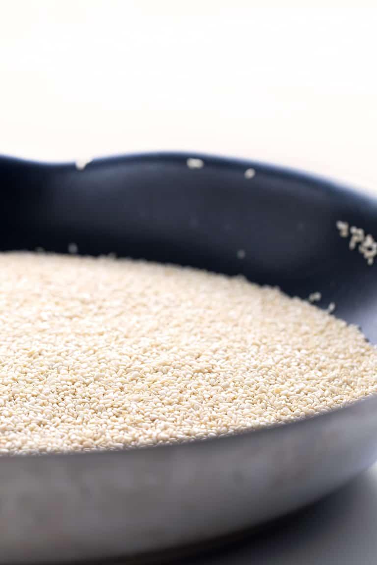 Cómo Hacer Tahini (1 Ingrediente) - Cómo hacer tahini en casa con tan sólo un ingrediente: semillas de sésamo. Es muy fácil y también más económico y saludable que el envasado.