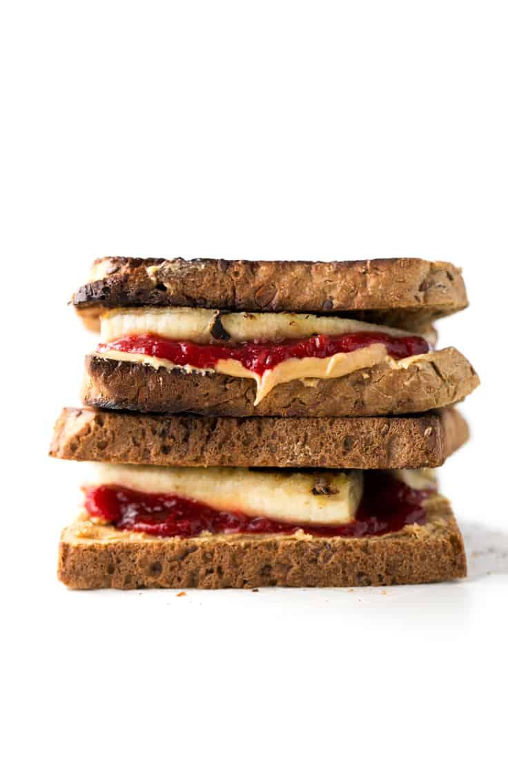 Sandwich de mermelada de ruibarbo - Ésta es la versión mejorada del tradicional sandwich de mermelada y mantequilla de cacahuete. Está hecho con mermelada de ruibarbo casera y plátano.