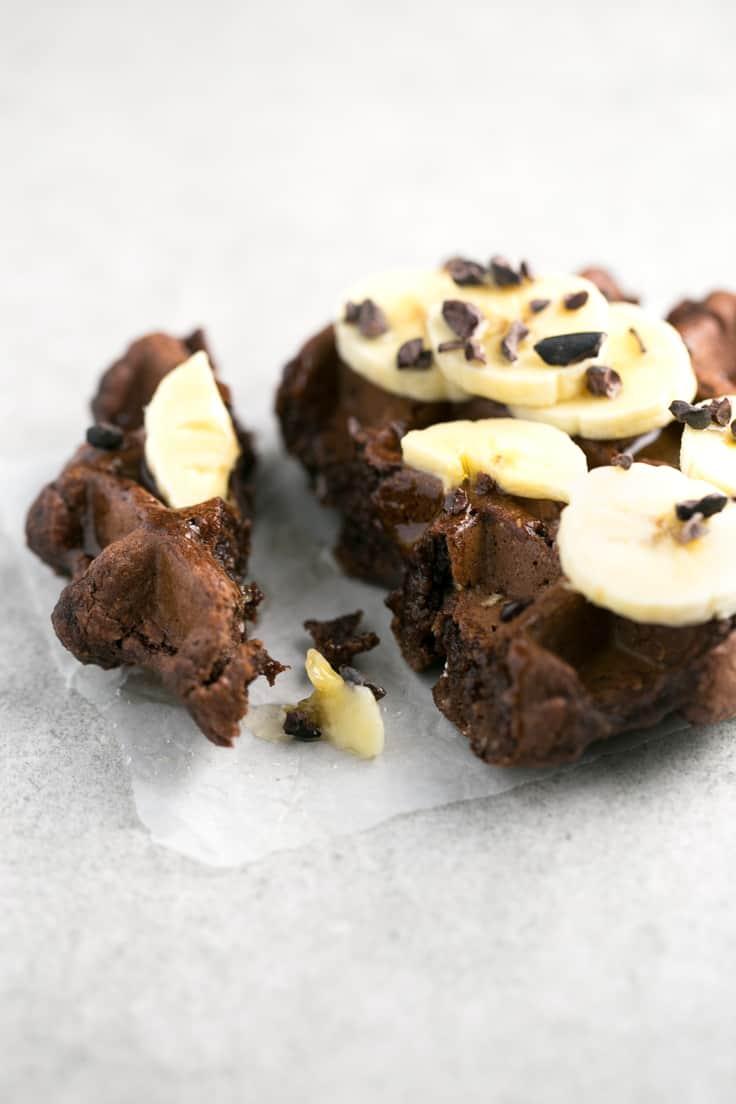 Gofres de chocolate veganos y sin glulten - Para hacer estos gofres sólo necesitas 4 ingredientes. Son veganos, libres de gluten y bajos en grasa. Son perfectos para desayunar.