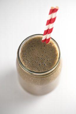Batido verde de algarroba - Este batido verde de algarroba es una receta perfecta para empezar bien el día. Además, podéis meterlo en un tarro de vidrio y tomarlo fuera de casa.