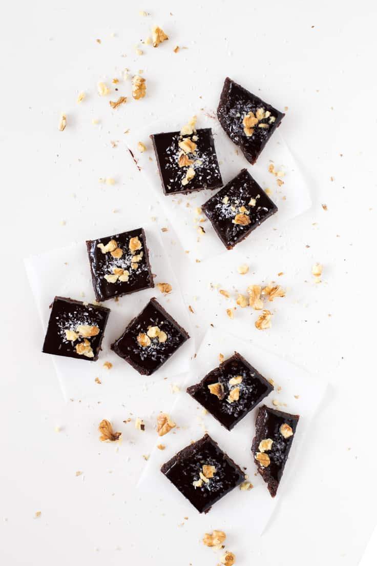 Brownie crudivegano deshidratado - Este brownie crudivegano con ganache de chocolate ha sido todo un descubrimiento. Está delicioso y lo hemos preparado en nuestro deshidratador.
