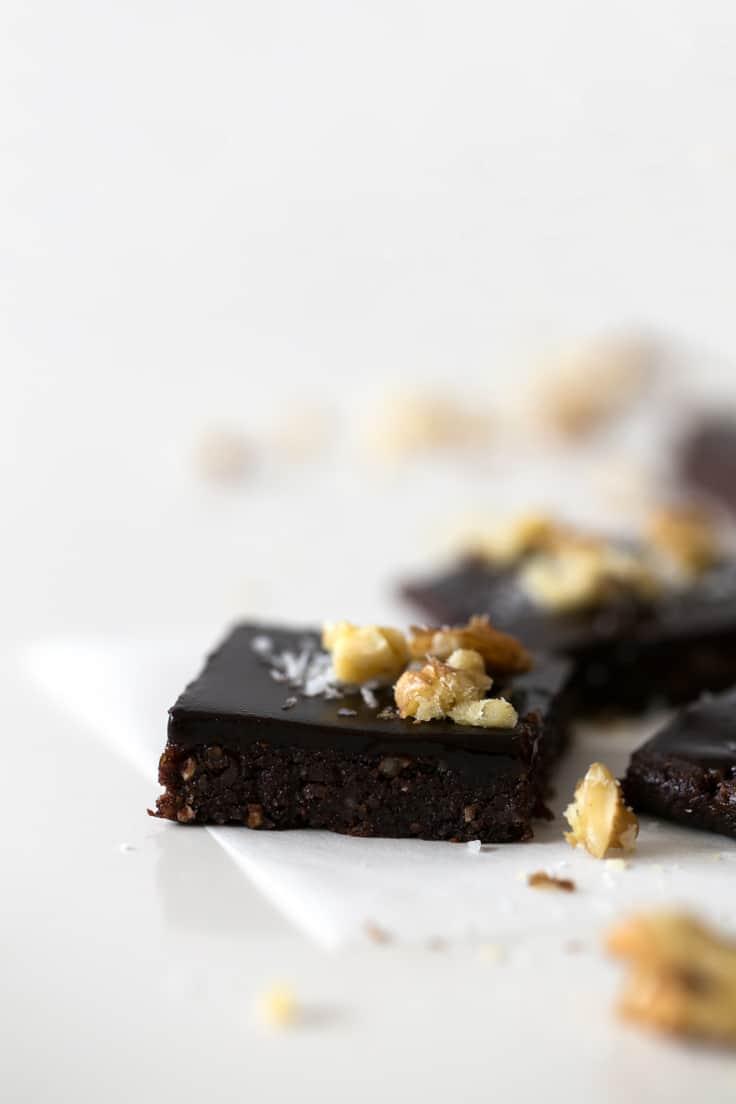 Brownie crudivegano deshidratado - Este brownie crudivegano con ganache de chocolate ha sido todo un descubrimiento. Está delicioso y lo hemos preparado en nuestro deshidratador Soul.