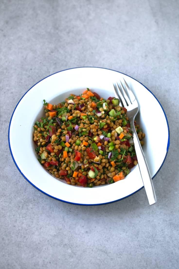 Ensalada de lentejas - Es importante incluir las legumbres en nuestra dieta y en los meses de calor las ensaladas son la mejor opción. ¡Esta ensalada de lentejas está riquísima!