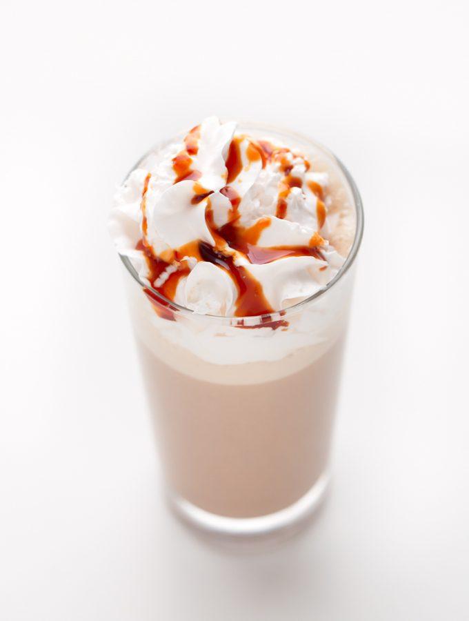 Frappuccino Vegano de Caramelo. - Para hacer este refrescante frappuccino vegano de caramelo sólo se necesitan 4 ingredientes y se prepara en menos de 5 minutos. ¡Está delicioso!