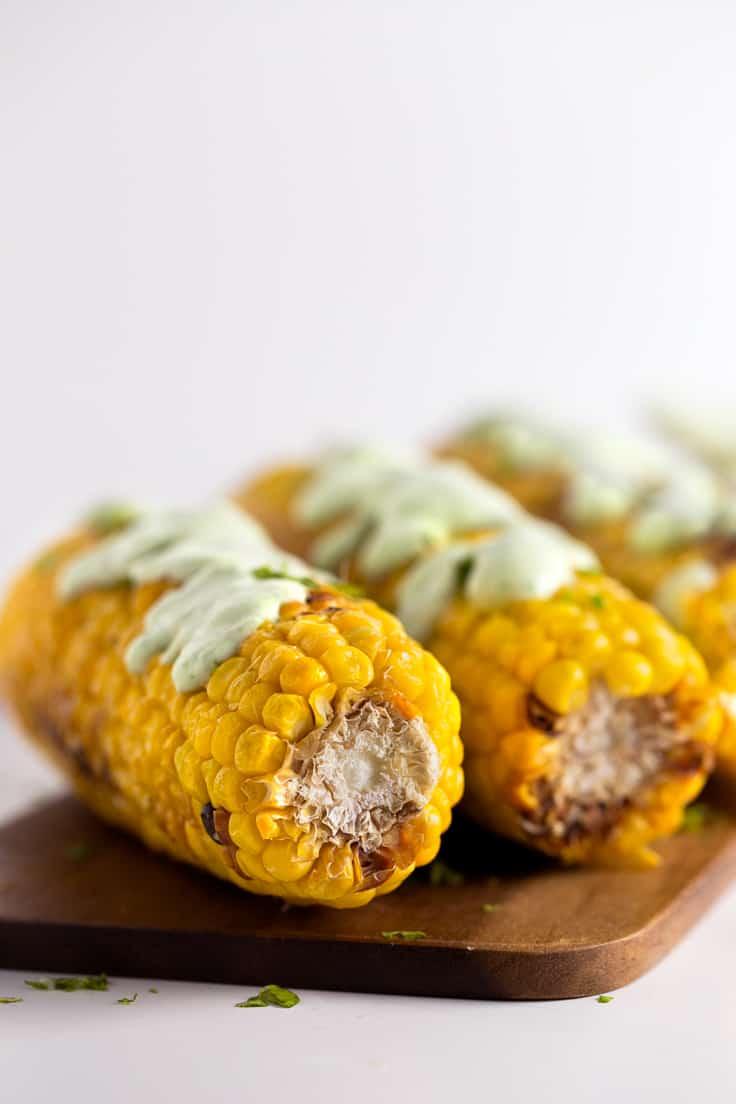 Mazorcas de maíz a la plancha con alioli vegano verde - Las mazorcas de maíz son una opción perfecta para las barbacoas porque también se pueden preparar a la plancha o en la parrilla y el alioli está de muerte.