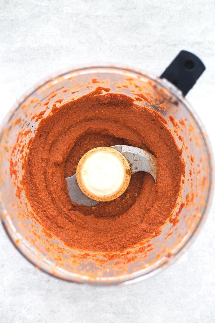 Muhammara paté vegetal de pimiento y nueces - El Muhammara es un paté vegetal de pimiento y nueces sirio. Se prepara en menos de 5 minutos y tiene un sabor muy intenso. Es un snack o entrante delicioso.