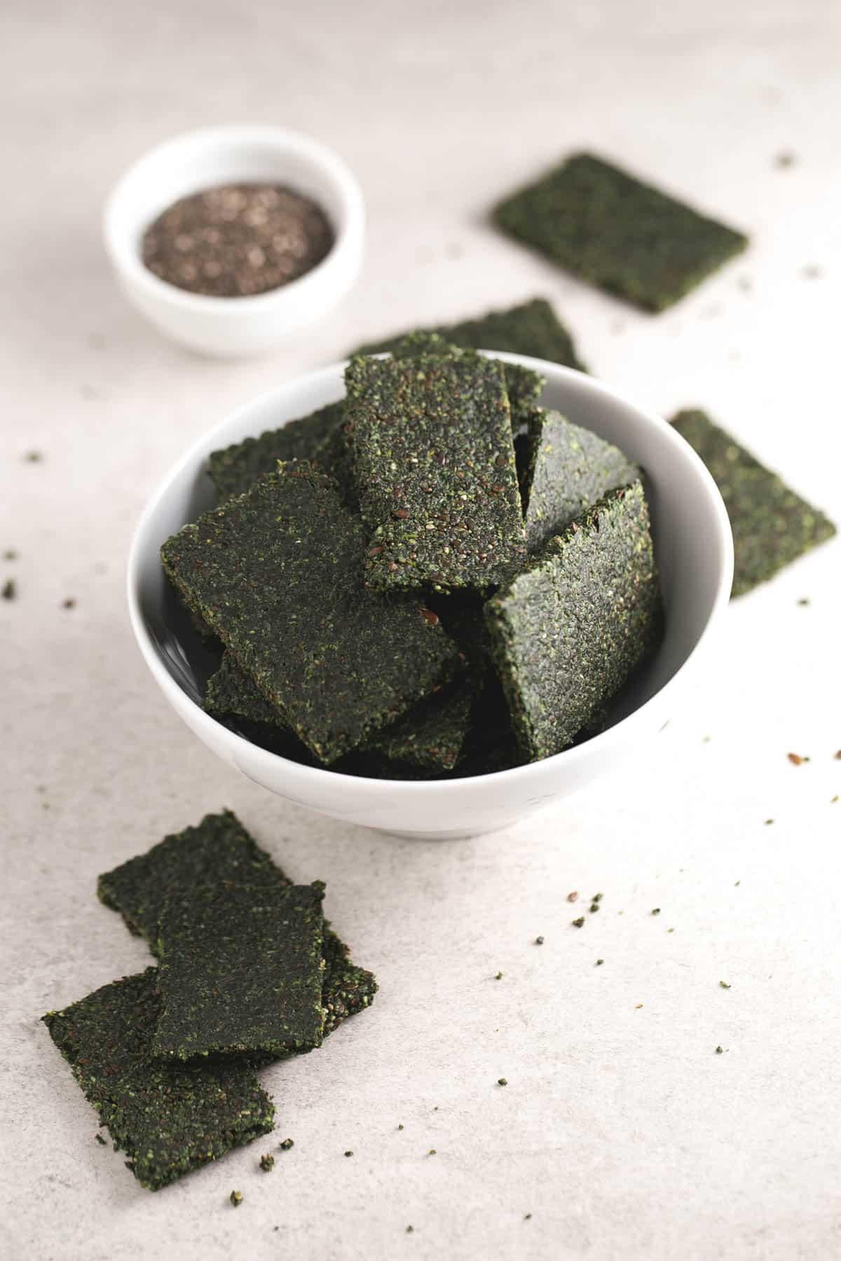 Crackers deshidratados - Hacer crackers en un deshidratador es facilísimo. Pueden ser una alternativa saludable al pan y son perfectas para acompañar dips, patés vegetales o hummus.