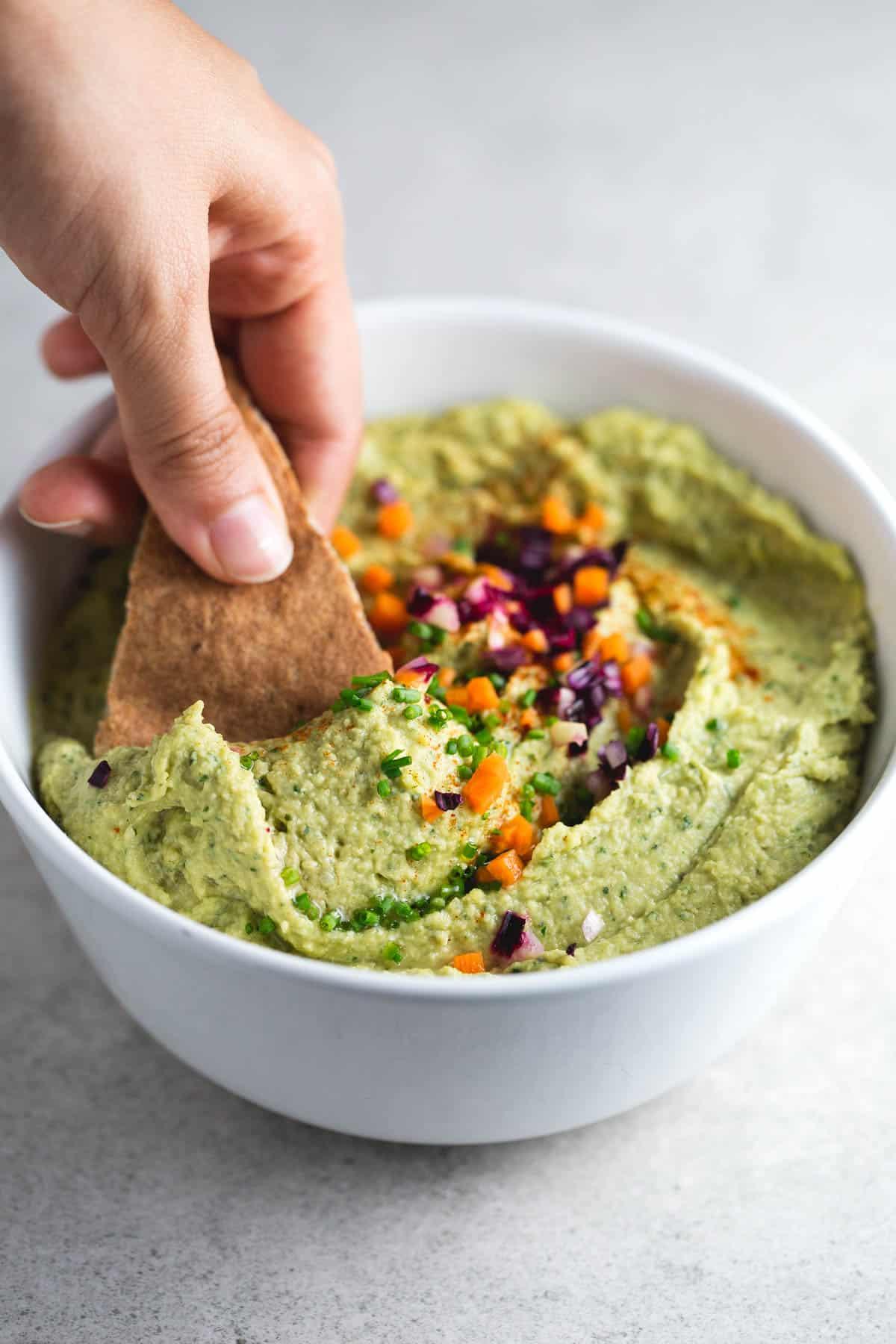 Hummus de pesto vegano - Este hummus de pesto vegano es un entrante que siempre triunfa. Es una receta muy rica y sencilla. También es perfecto para bocadillos y sándwiches.