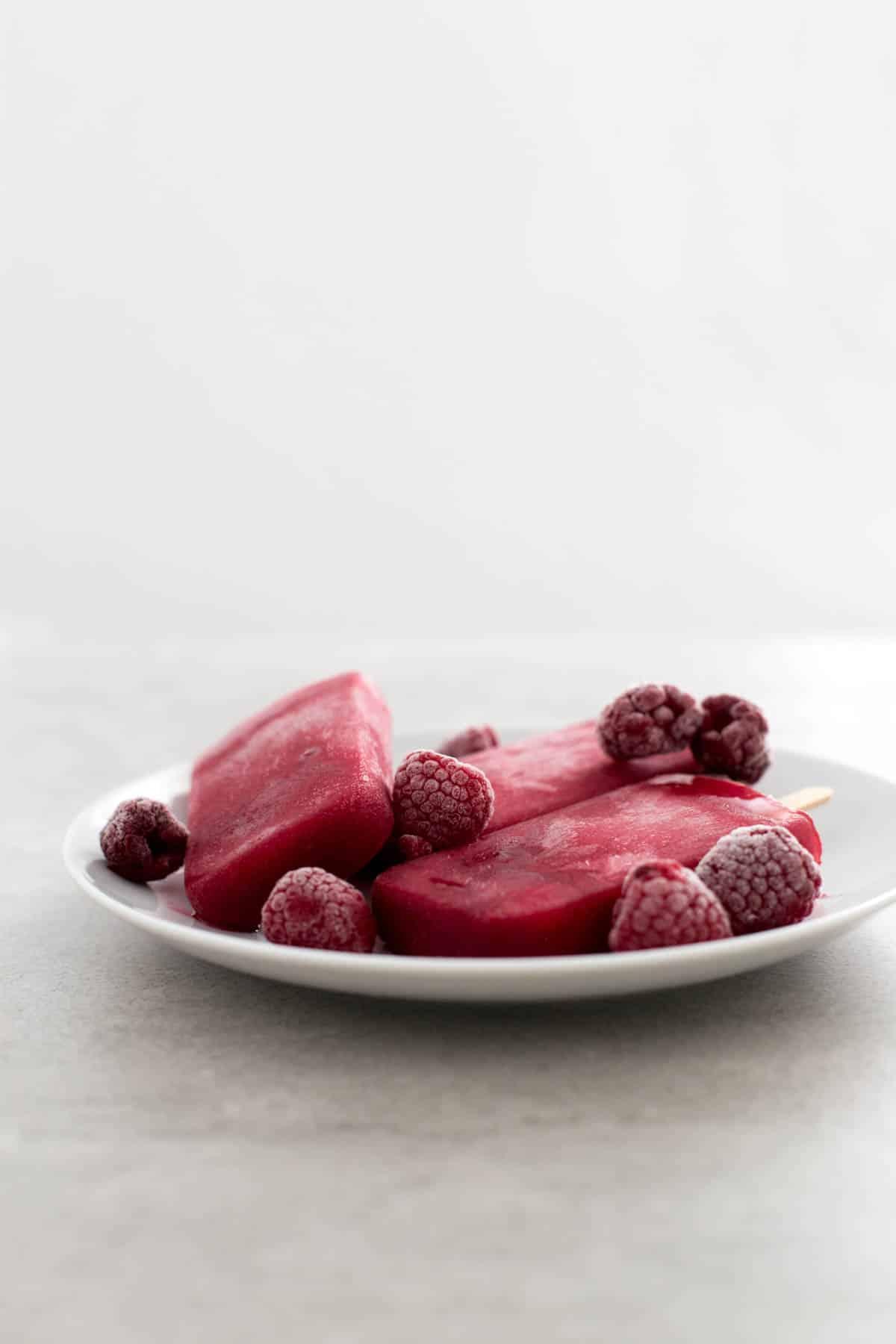 Polos de frambuesa - Estos polos de frambuesa están para chuparse los dedos. Son muy saludables, fáciles de preparar y sólo se necesitan 3 ingredientes.