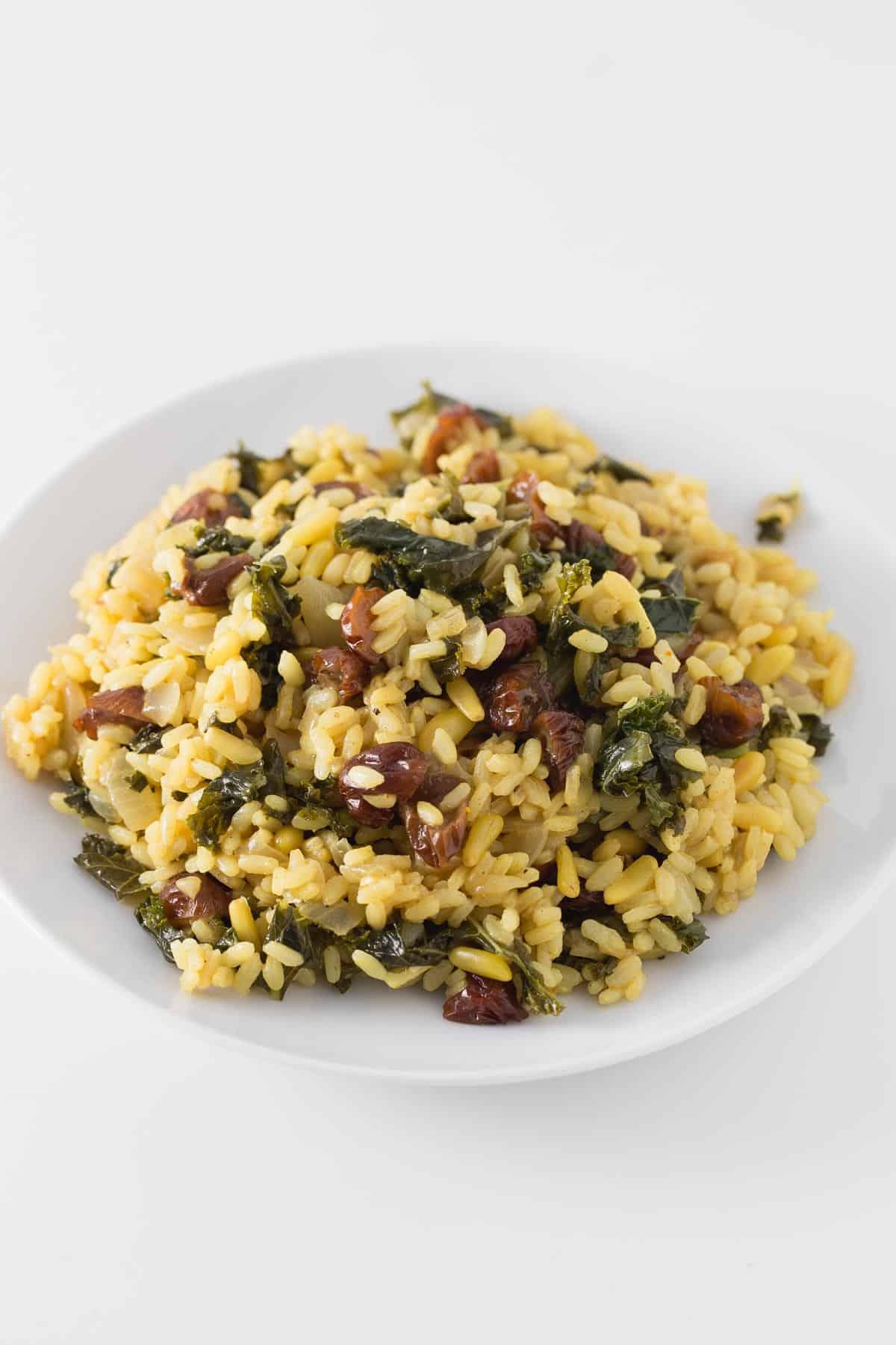 Arroz con Pasas y Piñones - Este arroz con pasas y piñones tiene un sabor peculiar, pero está para chuparse los dedos. Si os gustan las recetas saladas con un toque dulce os encantará.