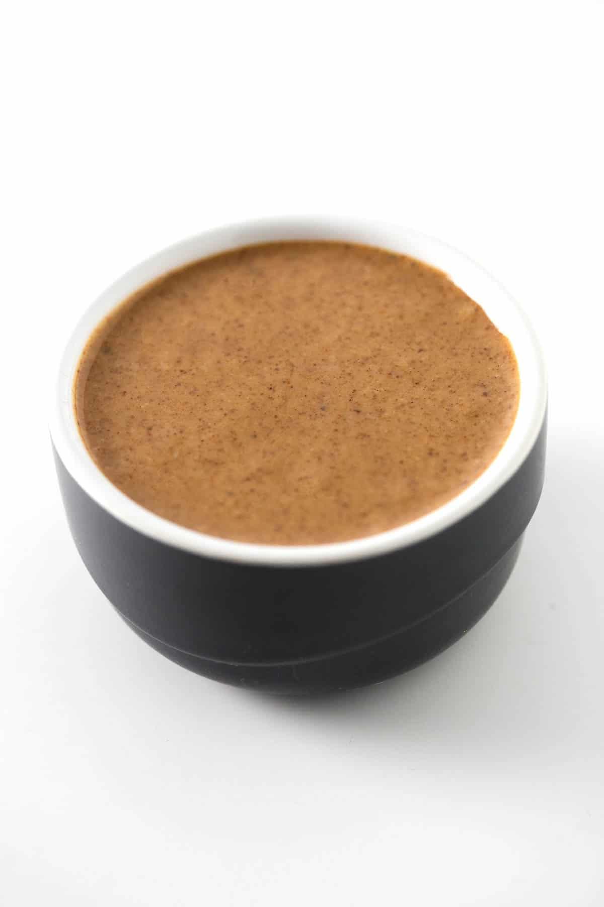 Mantequilla de Almendras Casera (Cruda y Tostada) - Hacer mantequilla de almendras en casa es muy sencillo y sólo se necesita un ingrediente: almendras. Os enseñamos a preparar mantequilla cruda o tostada.