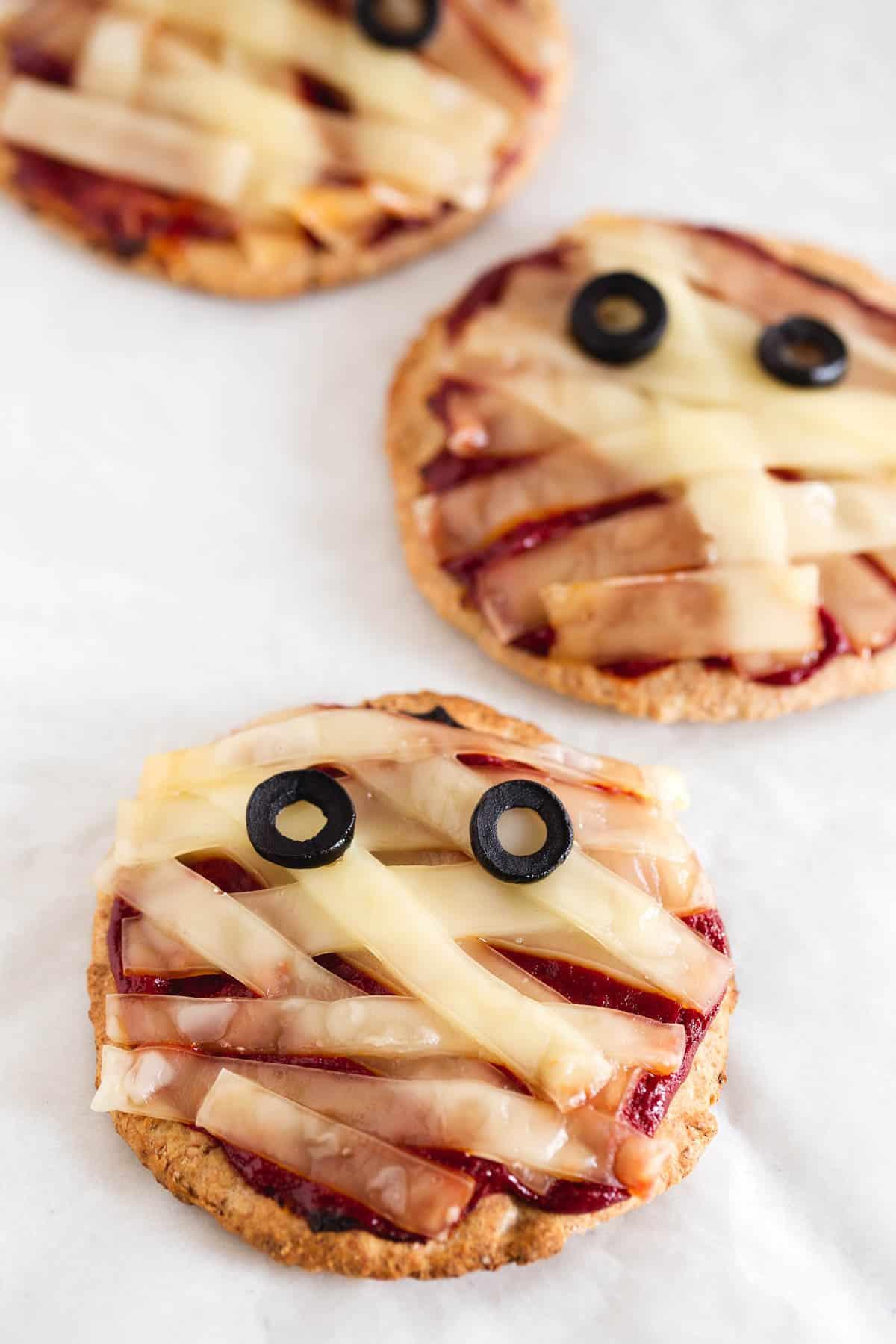 Receta de Halloween: Mini Pizzas Veganas de Momia - Estas mini pizzas veganas de momia son muy fáciles de preparar. Hemos hemos masa casera con harina de espelta, es una alternativa saludable muy rica.