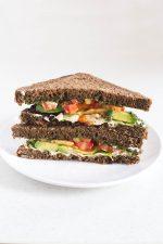 Sandwich de Pesto Vegano, Hummus y Aguacate - Para hacer este sandwich vegano he combinado tres de mis ingredientes preferidos: pesto vegano, hummus y aguacate. ¡Está de escándalo!