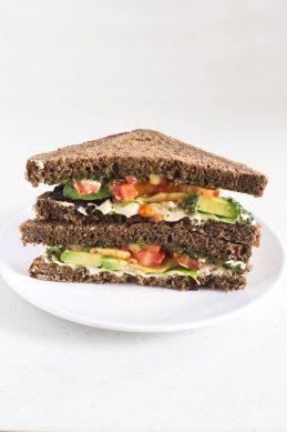 Sandwich de Pesto Vegano, Hummus y Aguacate