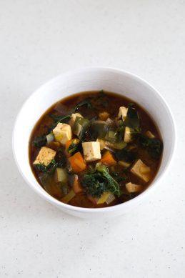 Sopa Miso Vegana Con Tofu y Kale