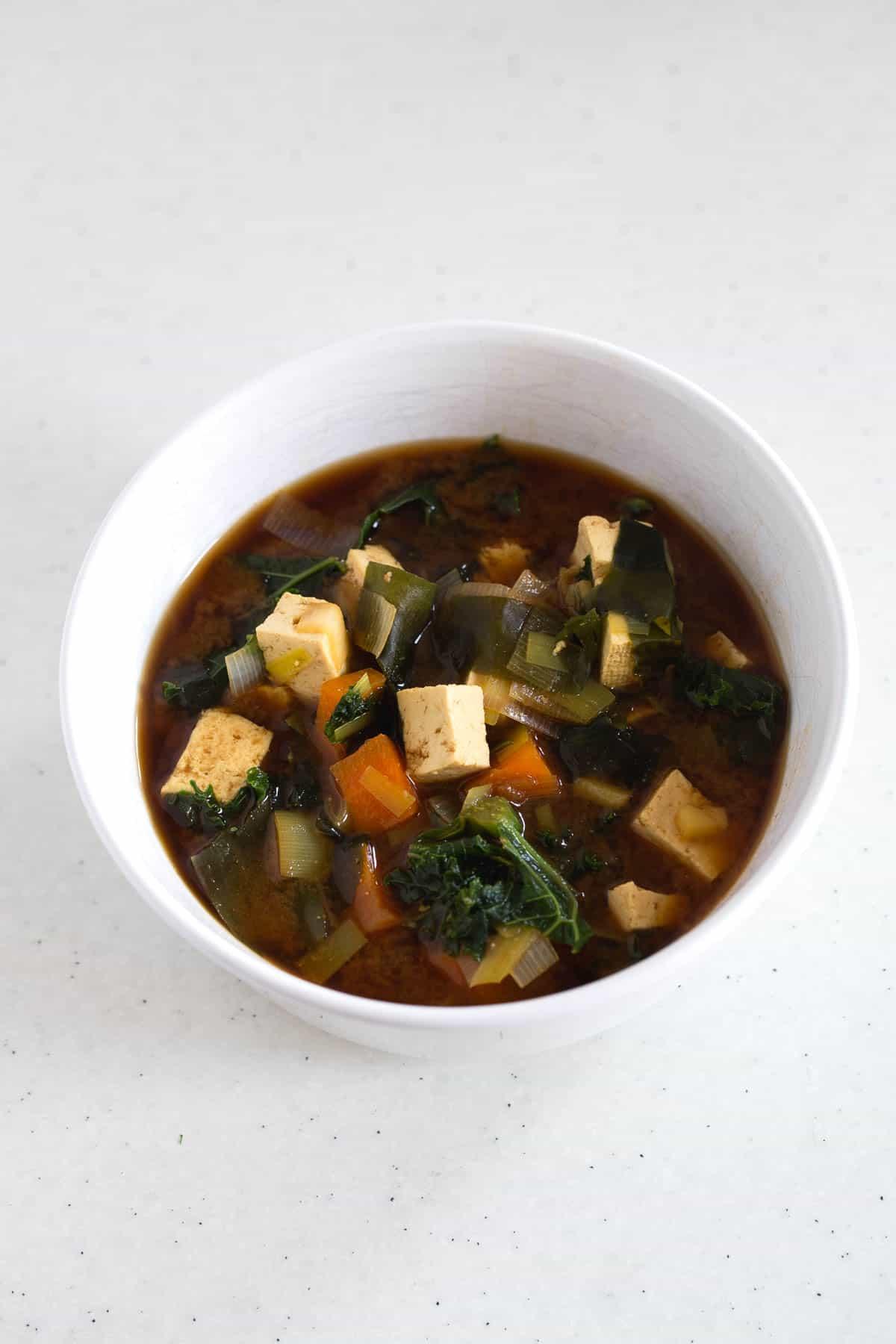Sopa Miso Vegana Con Tofu y Kale - La sopa miso es una de nuestras preferidas y la que más preparamos en casa. Está lista en 15 minutos y es muy nutritiva.