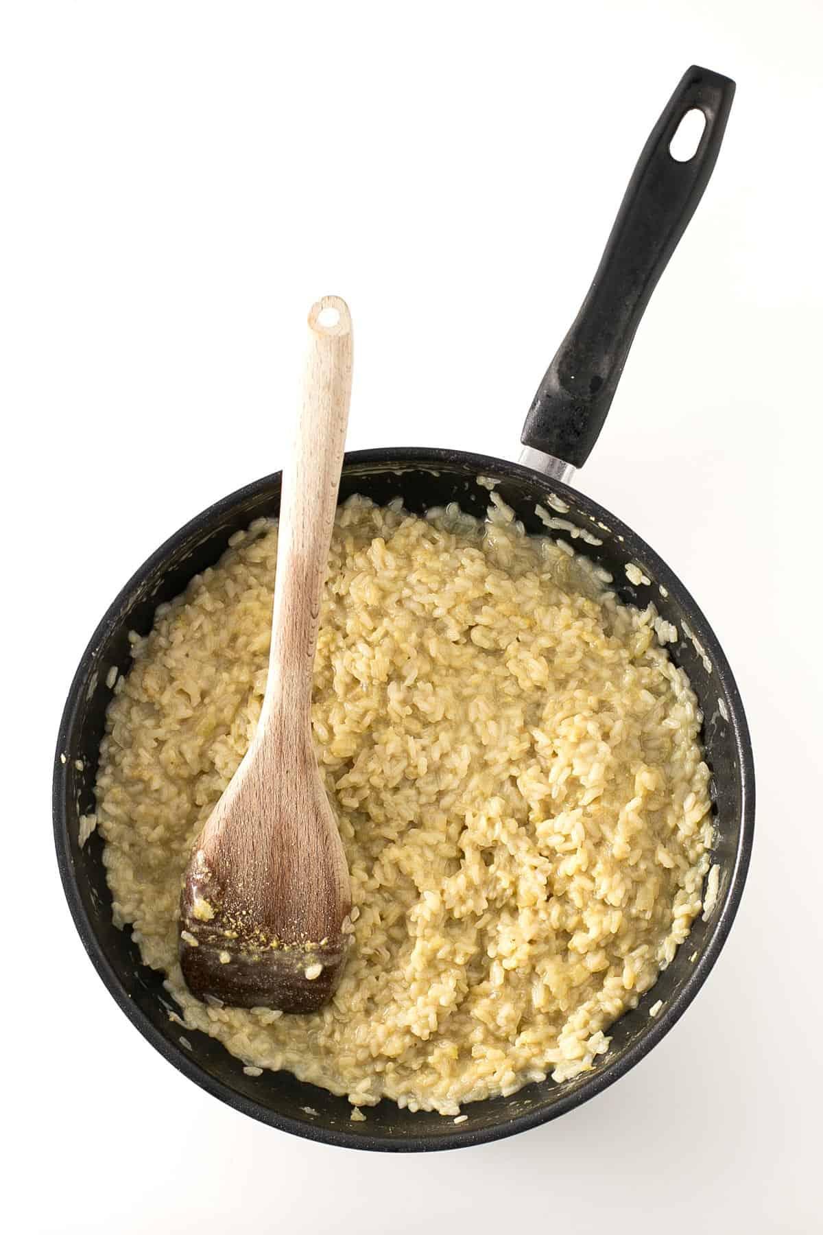 Risotto Vegano de Champiñones. - Es fácil preparar un risotto vegano y el de champiñones es una de las recetas más populares. Esta versión no tiene colesterol, es baja en grasa y más sana.