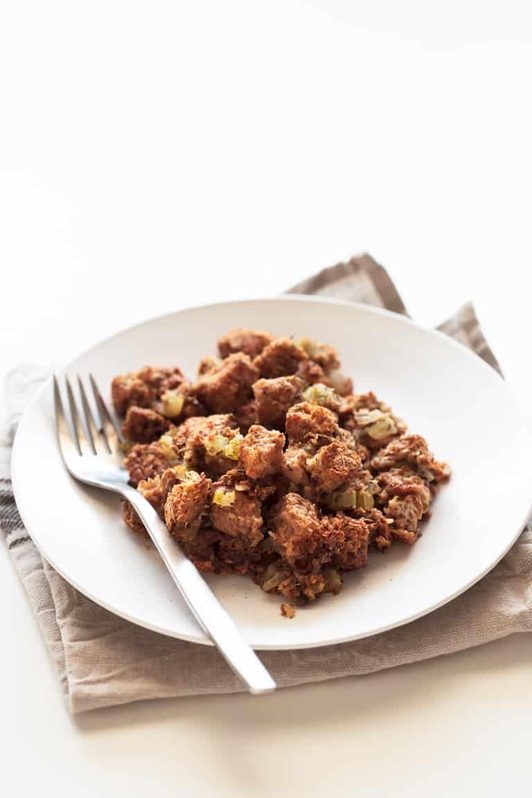 Stuffing o Relleno Vegano - Este stuffing o relleno vegano es una guarnición o primer plato delicioso y sólo se necesitan 9 ingredientes. Es perfecto para aprovechar el pan duro.