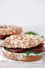 Bagels Veganos. - Me encanta desayunar estos bagels veganos cuando quiero darme un homenaje, aunque también se pueden tomar como snack o para una comida o cena rápida.