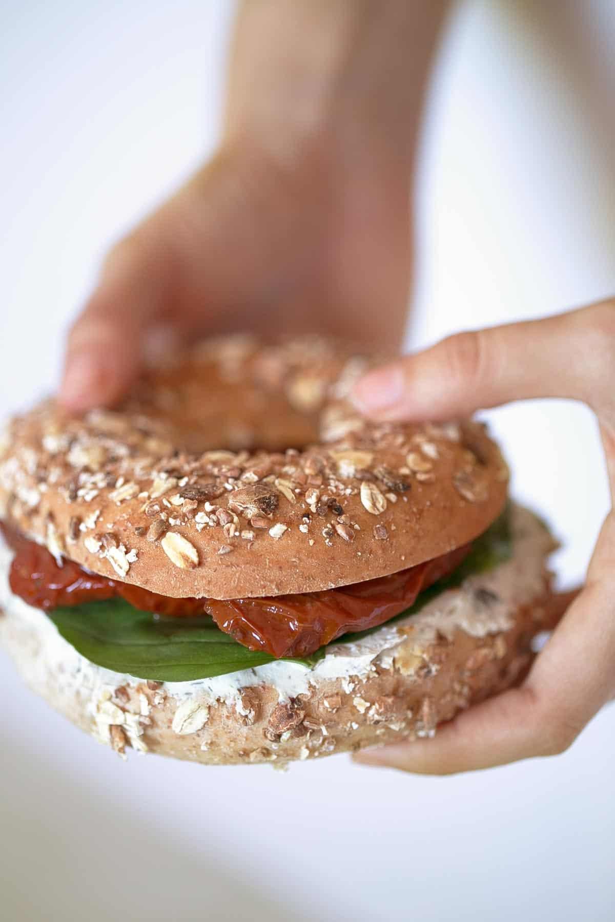Bagels Veganos.- Me encanta desayunar estos bagels veganos cuando quiero darme un homenaje, aunque también se pueden tomar como snack o para una comida o cena rápida.
