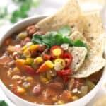 Sopa de Alubias Vegana. - Esta delicosa sopa de alubias vegana es una receta exprés. Sólo hay que dorar las verduras, echar el resto de ingredientes y cocinarlos unos 10 minutos.