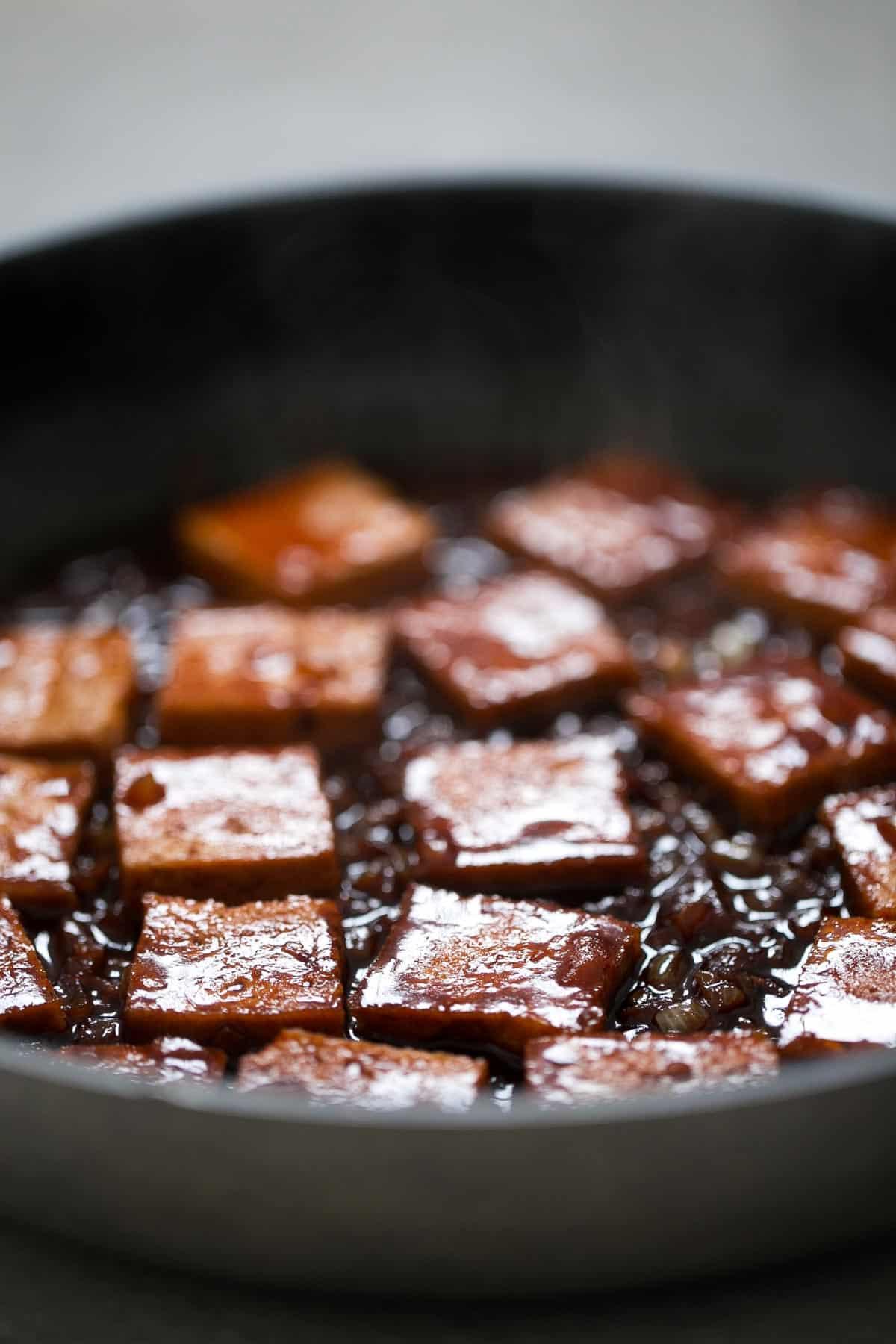 Tofu Picante Estilo Coreano. - La cocina coreana es una de mis preferidas y este tofu picante es una receta de 10. Es muy sencilla y está riquísima con una guarnición de arroz y verduras.