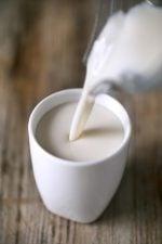 Cómo Hacer Leche de Avena.- Hacer leche de avena en casa es muy fácil, es bastante más económico y sabemos lo que estamos tomando. ¡Sólo se necesitan 2 ingredientes!